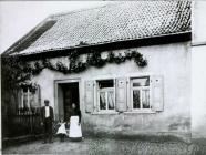 Haus Neig (Dann) im Jahre 1910 vl Peter Neig, Lydia Neig, Karoline Neig