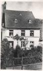 Das Haus des Philipp Germann in der Neugasse Von li Elise Mohr, Wilhelmine Germann, Philipp Germann mit seinem Hund