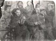 In der Spinnstube. Sitzend - Karl Fuchs, Peter Gebhard. Hinten links - Lina Gebhard, Adolf Reidenbach, Dora Gebhard und Fritz Haas.