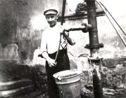 Rudolf Weck beim Wasserpumpen