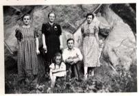 Im Steinbruch v.li.n.re Anna Weck, Lilli Reidenbach, Kind-Lieselotte Reidenbach, Herrmann Fries, Anna Fries