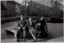 Das Kriegerdenkmal mit der Hitlereiche im Hintergrund  In der Mitte Ella Hoffmann