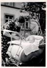 Der moderne Kinderwagen von 1940  Anna Koehler mit Tochter Anneliese