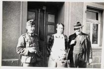 Ein unbekannter Soldat, Lydia Dann, Reinhild Dann und Ortsgruppenleiter Karl Reidenbach