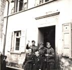 Einquartierung deutscher Soldaten (vor dem Haus Hermann Maurer) Von li halbverdeckt Antoinette Maurer, Irma Greulach, Friedhilde Maurer
